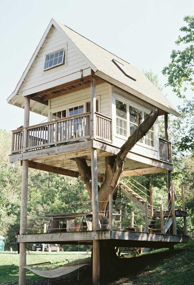 Quando bem projetado, dá para construir uma grande casa na árvore. Nesse modelo de casa foi possível fazê-la por andares para atender todas as necessidades.