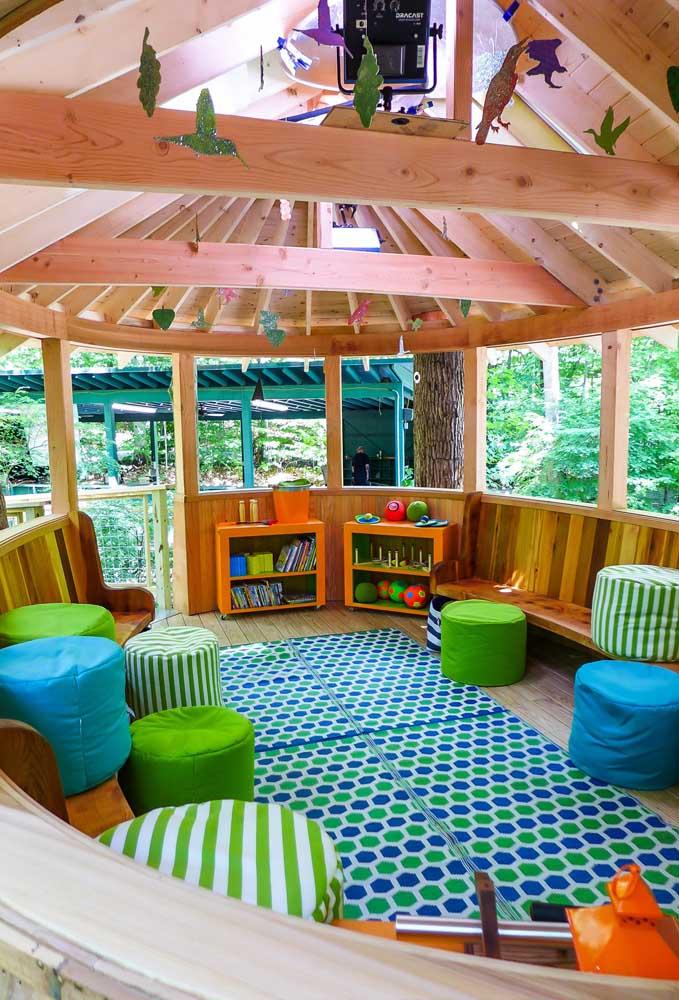 Na hora de decorar a casa na árvore, aposte em móveis coloridos que transmitem muita alegria e vida ao ambiente.