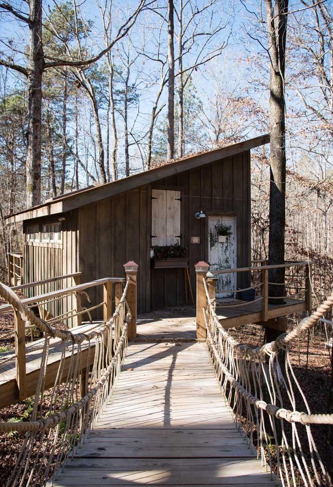 A casa na árvore pode seguir um modelo bem arrojado com pontes de acesso para todos os lados.