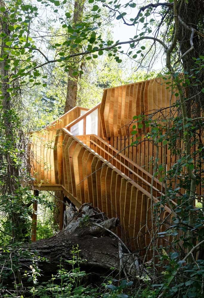 Seguindo o modelo de madeira, mas com design completamente diferenciado, você pode construir uma casa na árvore totalmente moderna.