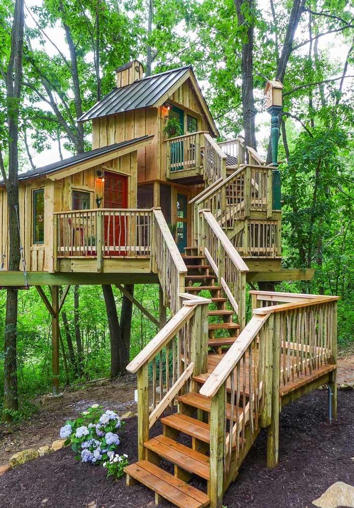 Haja escada para ter acesso à todos os cômodos da casa na árvore.