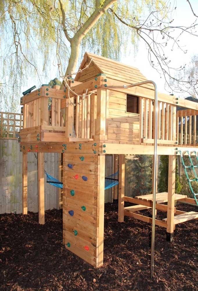 Que tal projetar uma casa na árvore com espaço para as mais variadas brincadeiras das crianças?