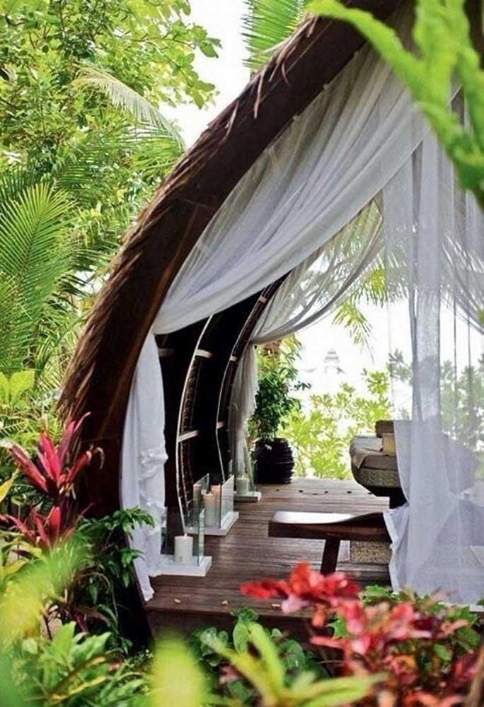 Você pode fazer um espaço no estilo casa na árvore, mas no formato de bangalô para relaxar e descansar.