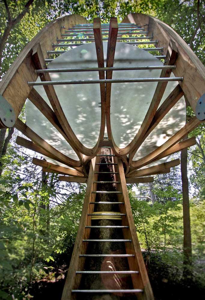 Outro modelo de casa na árvore com design diferenciado e que deixa a casa com um ar mais moderno.