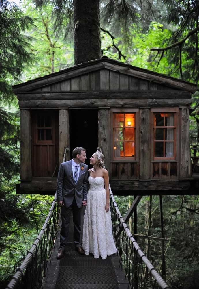 Que tal passar a lua de mel em uma casinha romântica na árvore? No modelo mais rústico, mas extremamente aconchegante.