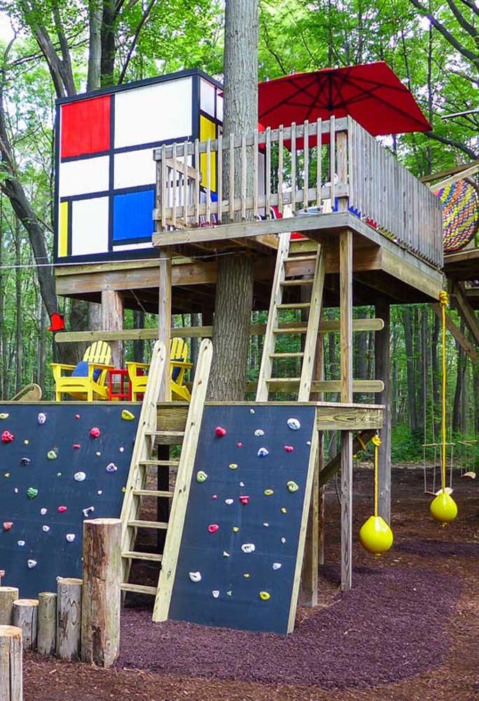 Transforme a casa na árvore em um espaço de lazer e jogos para as crianças brincarem e se divertirem.