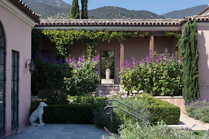Casas de campo e casas de estilo colonial tem muito o que se beneficiar com a presença do Manacá da Serra