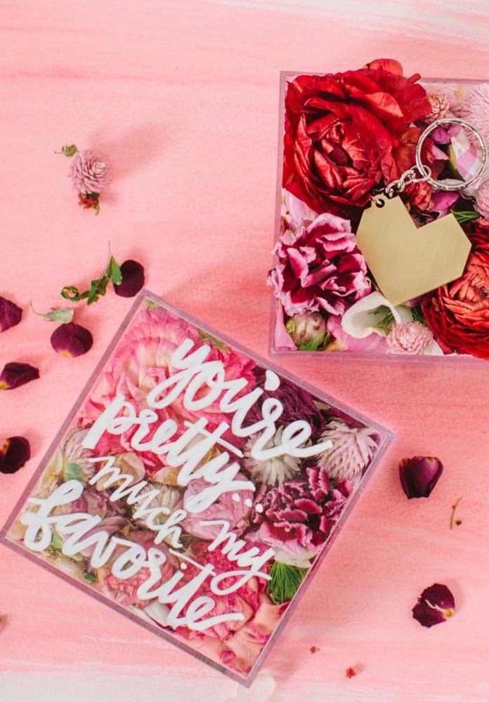 Qual a mulher que não ama receber flores? Portanto, não pense duas vezes em presenteá-la com uma caixinha de rosas.
