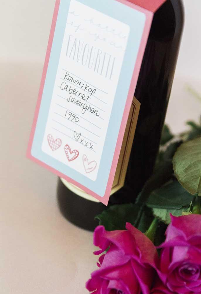 Uma boa opção de lembrancinha Dia dos Namorados para homem é uma garrafa de vinho, mas não esqueça de colocar um cartão com um mensagem sua.