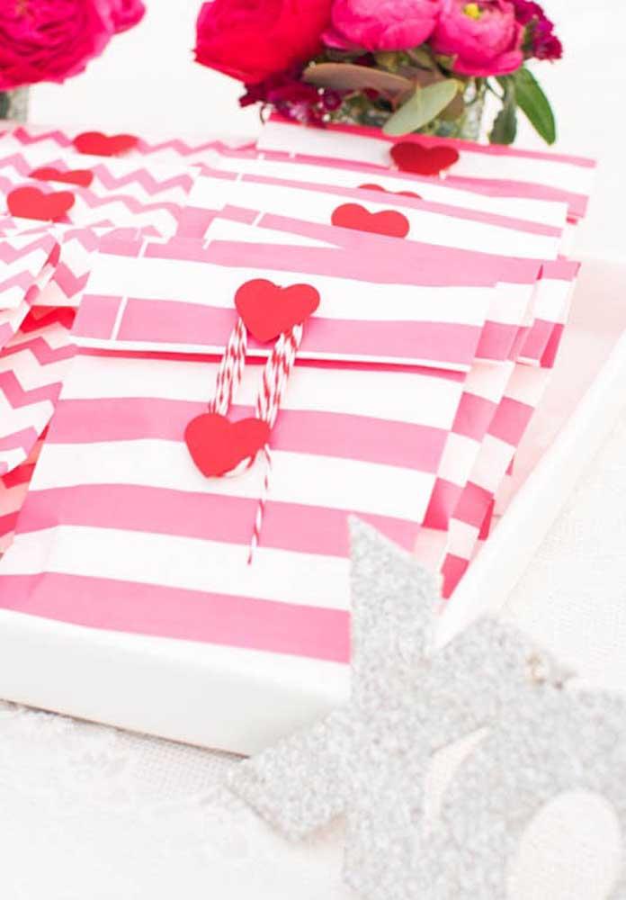 Mais opções de lembrancinhas baratas para o Dia dos Namorados: um mimo em uma embalagem personalizada.