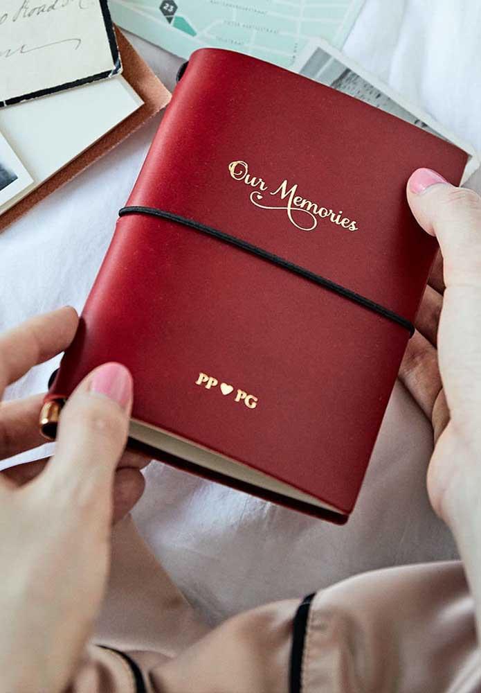 Que tal presentear o seu amor com um livro de memórias sobre vocês? Mas capriche no modelo do livro.
