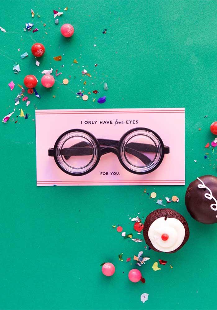 Prepare uma lembrancinha do Dia dos Namorados usando a sua criatividade e algumas guloseimas.