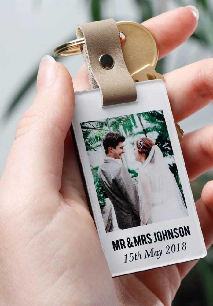 Olha essa ideia de chaveiro que você pode usar como lembrança para namorado com fotos.
