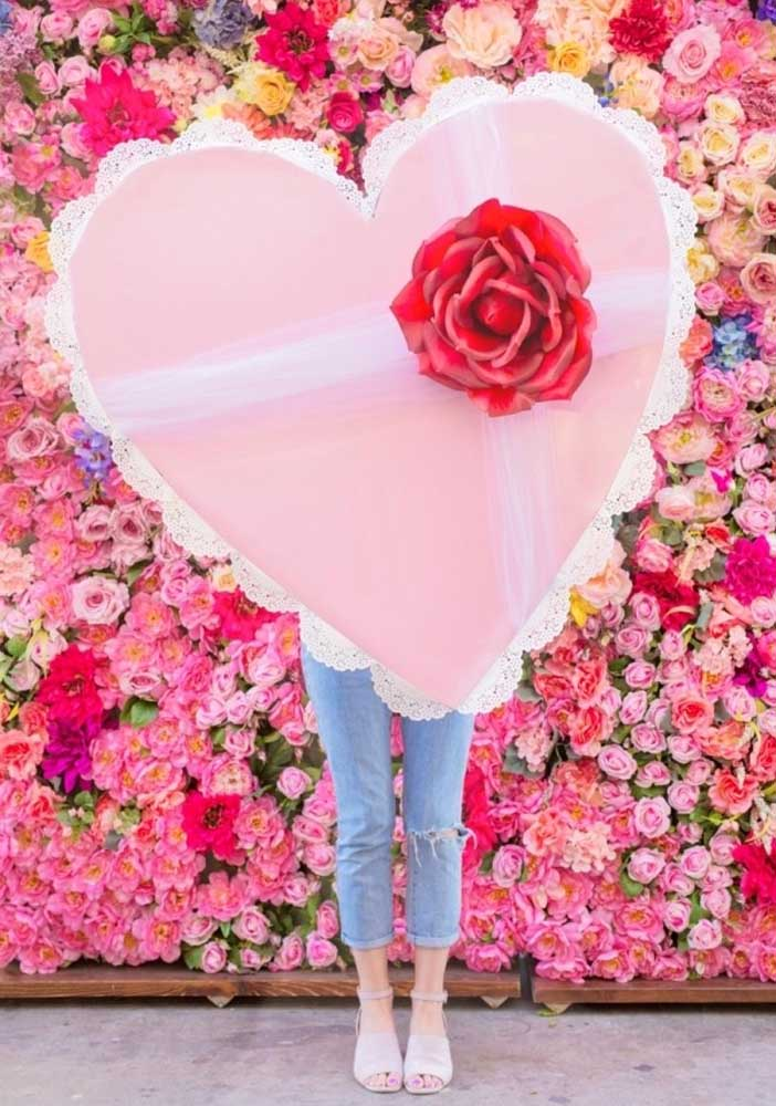 Surpreenda seu namorado com uma parede de flores e um coração enorme que só você tem.