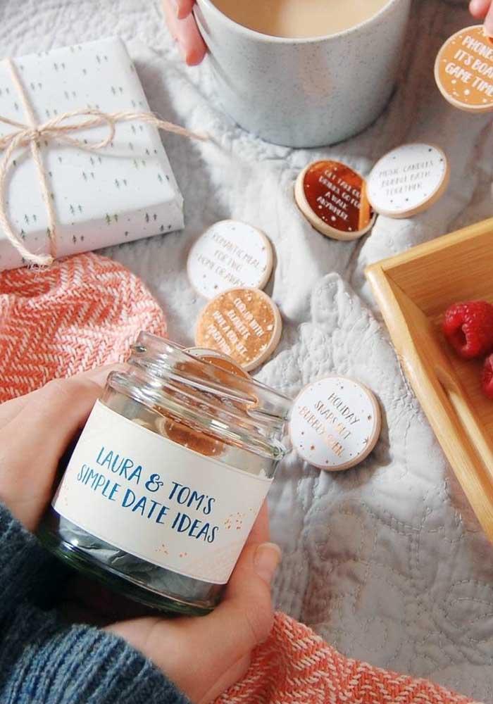 Não tem ideia do que fazer no Dia dos Namorados? Que tal preparar uma lembrancinha cheia de ideias para vocês decidirem o que fazer nesse dia?