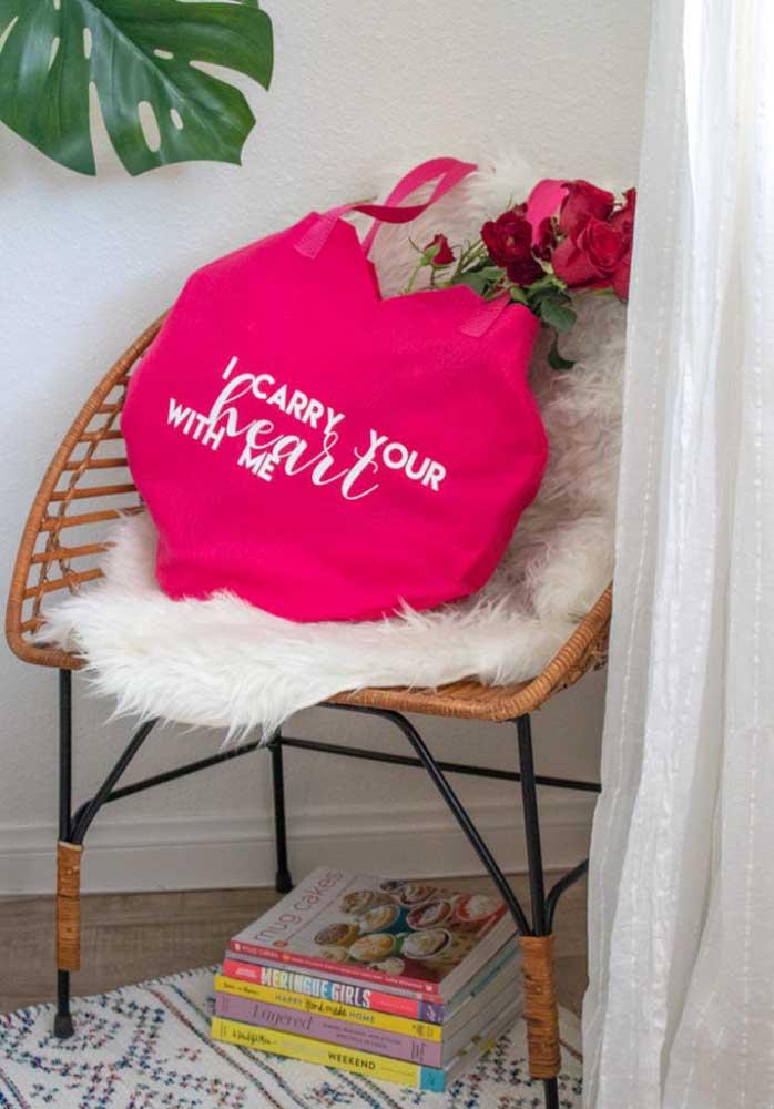 Que tal dá uma bolsa no formato de coração para sua namorada? Mas capriche na lembrancinha acrescentando flores.