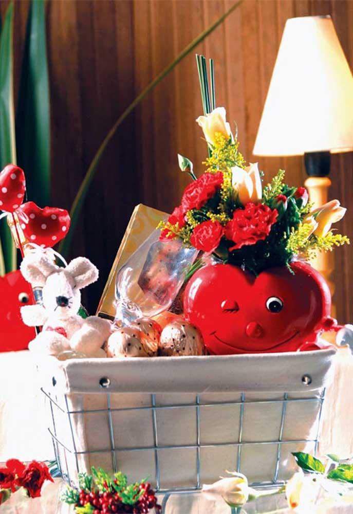 Quer lembrancinha do Dia dos Namorados mais gostosa do que ganhar uma cesta cheia de fofuras e guloseimas?