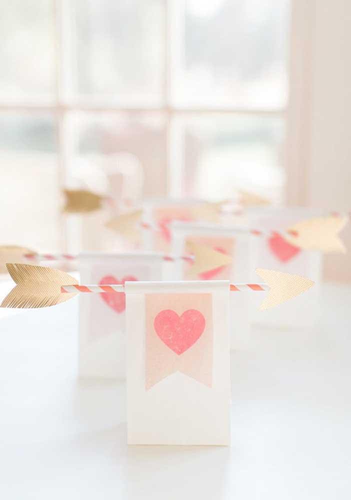 Você quer dicas de lembrancinhas para namorados fáceis de fazer? Confere esse modelo feito com papel e canudo.