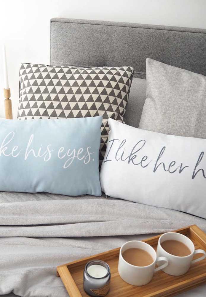 Almofada é uma ótima opção de lembrancinha para o Dia dos Namorados, ainda mais se você escolher um par para o casal.