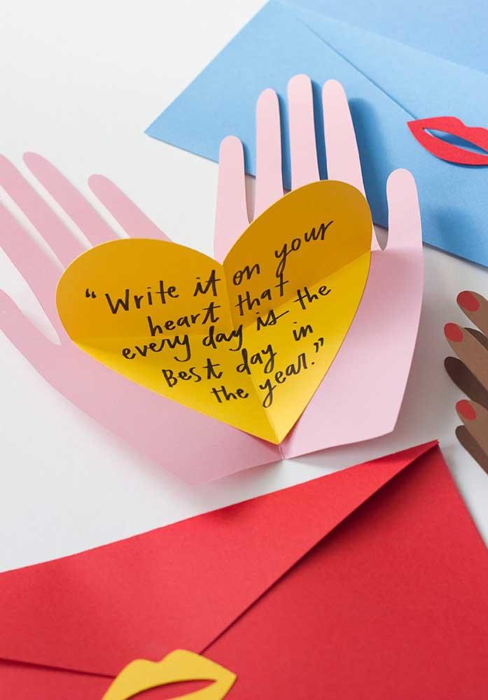 Quer mais uma opção de lembrancinha para namorado com papel? Olha que cartão original e criativo!