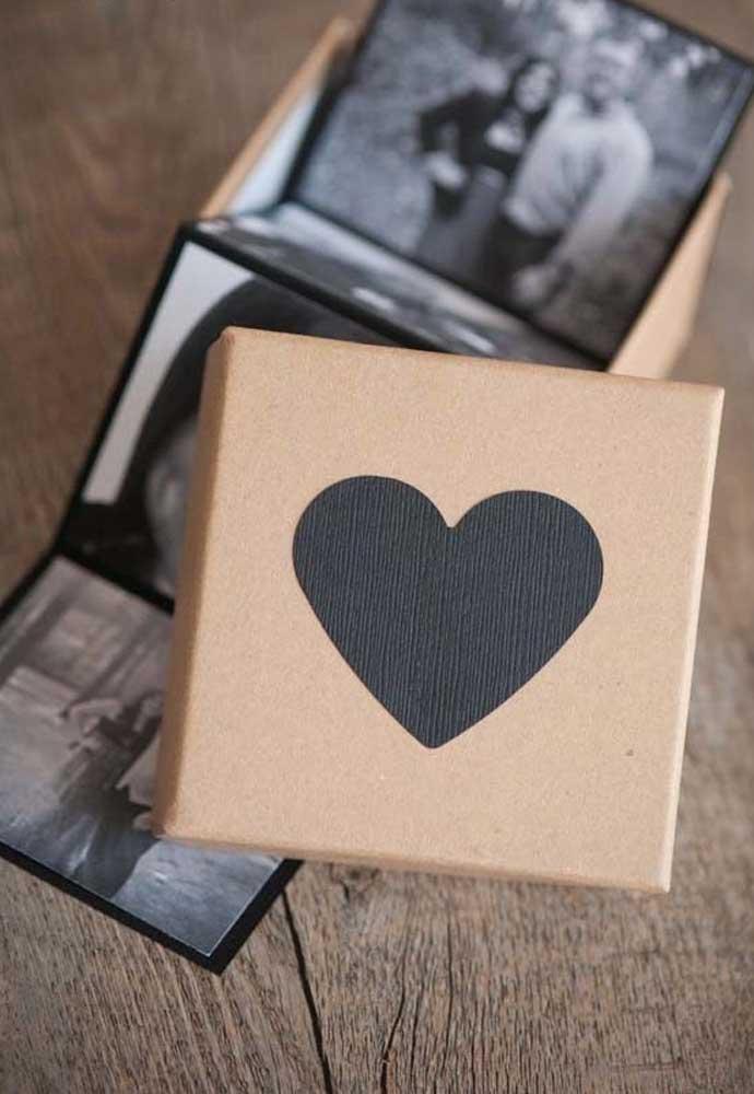 O que acha de fazer uma caixinha artesanal com fotos do casal para presentear o seu amor no Dia dos Namorados?