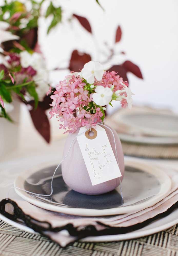 Que tal presentear a sua amada com um vasinho de flores delicadas e especiais?