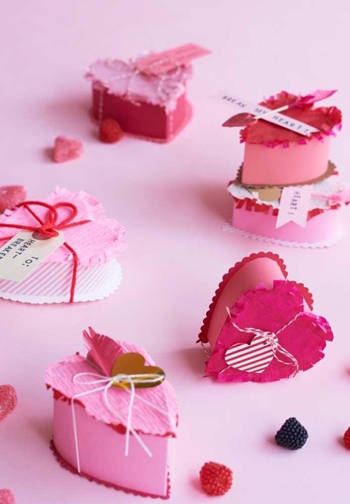 Esse modelo de caixinhas no formato de coração, você mesmo pode fazer para presentear o seu amor no Dia dos Namorados.