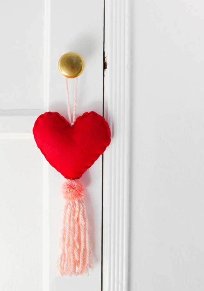 Use seus dotes artesanais para fazer uma lembrancinha do Dia dos Namorados para colocar na porta da casa.