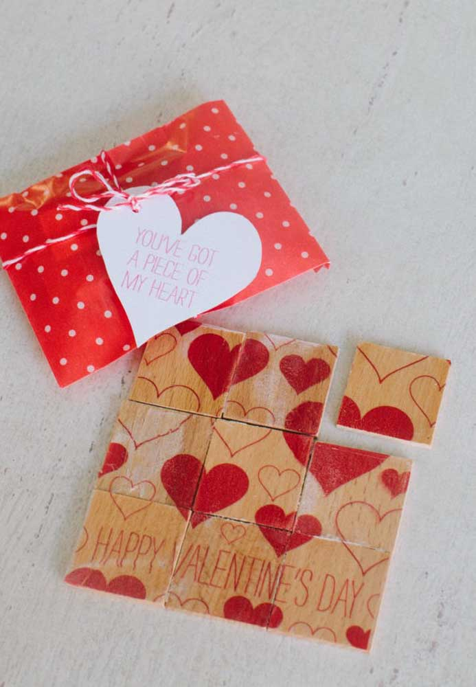 Que tal montar o quebra-cabeça do amor? Entregue um pedaço do seu coração como lembrancinha no Dia dos Namorados.