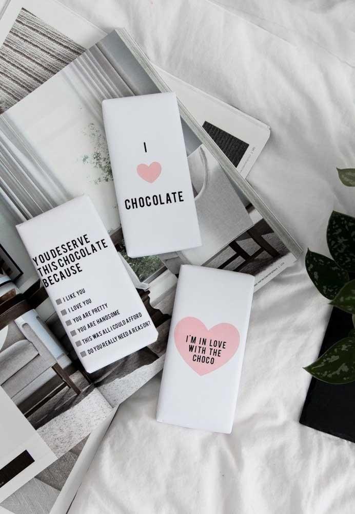 É difícil encontrar alguém que não ama chocolate. Então, essa é uma ótima opção de lembrancinha no Dia dos Namorados.