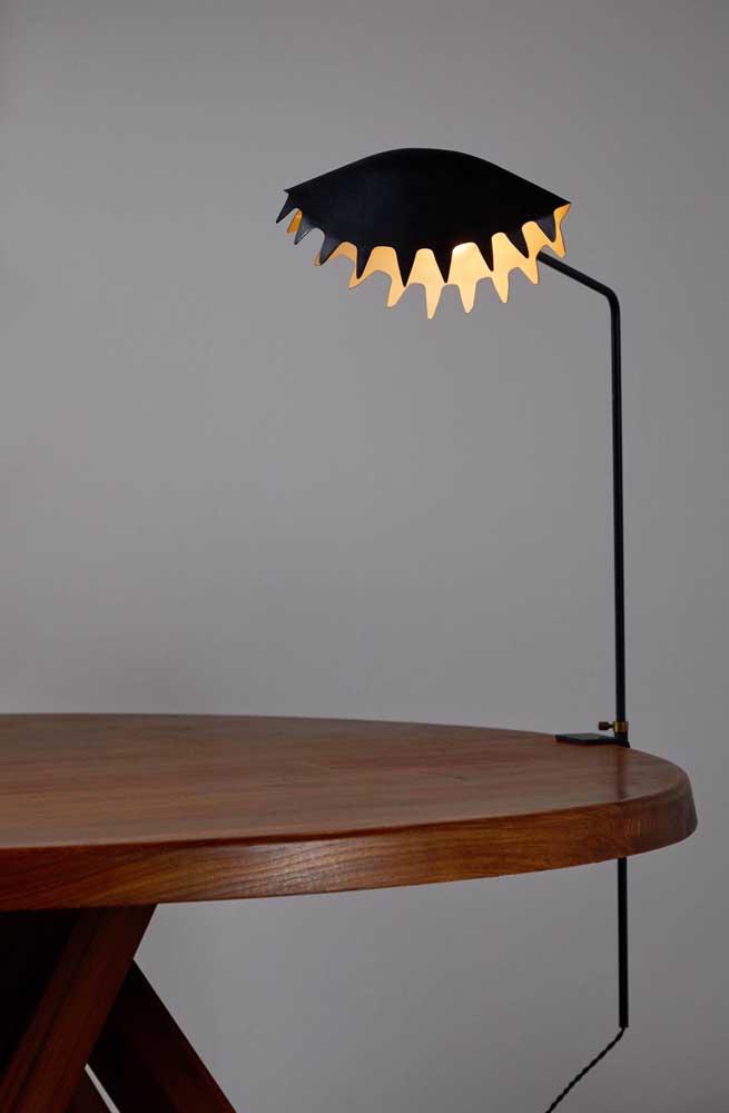 Que ideia legal! Uma luminária de mesa com formato de planta carnívora, super inusitado!