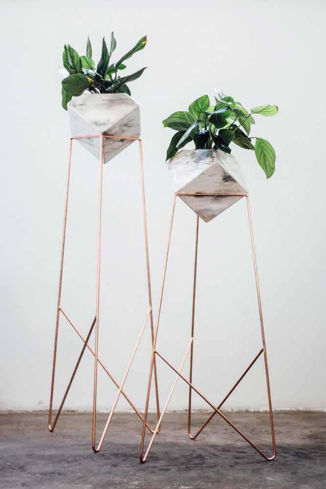 Pedaços de madeira - que bem podem ser cabos de vassoura - unidos por fios de lã: quem diria que dessa combinação poderiam sair vasos reciclados super criativos