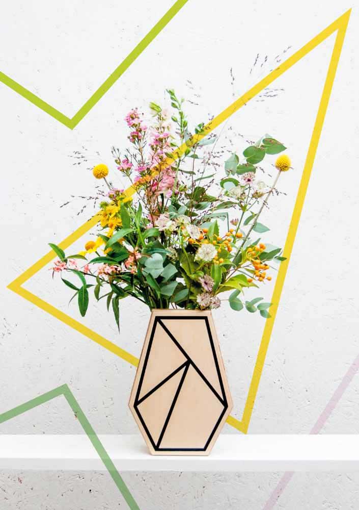 Papéis picados e coloridos enfeitam esses vasinhos reciclados