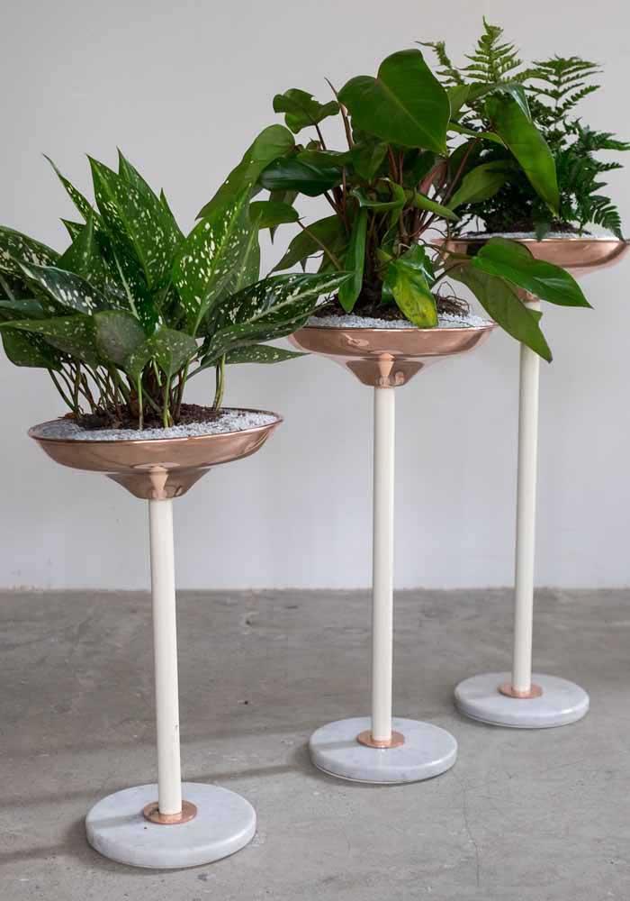 Embalagens de todo tipo podem ser lavadas, pintadas e espelhadas pela casa como vasos para as plantas