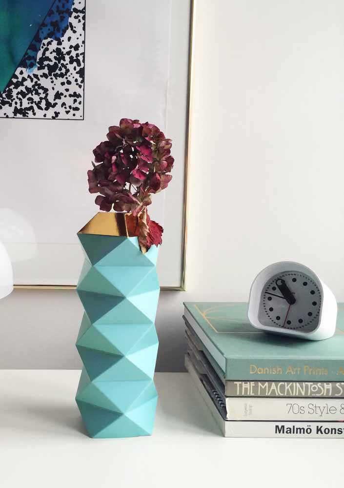 Se você deseja uma decor mais elegante, opte por vasos reciclados de vidro