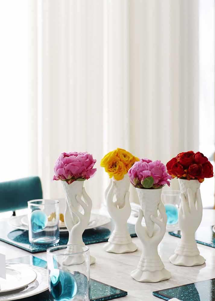 A tira de couro garante o efeito especial a esses vasos reciclados