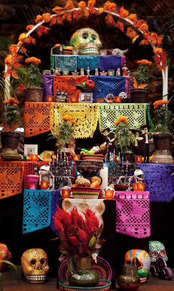 """O fundo preto ajuda a destacar as cores vibrantes do aniversário com tema """"Festa no Céu"""""""