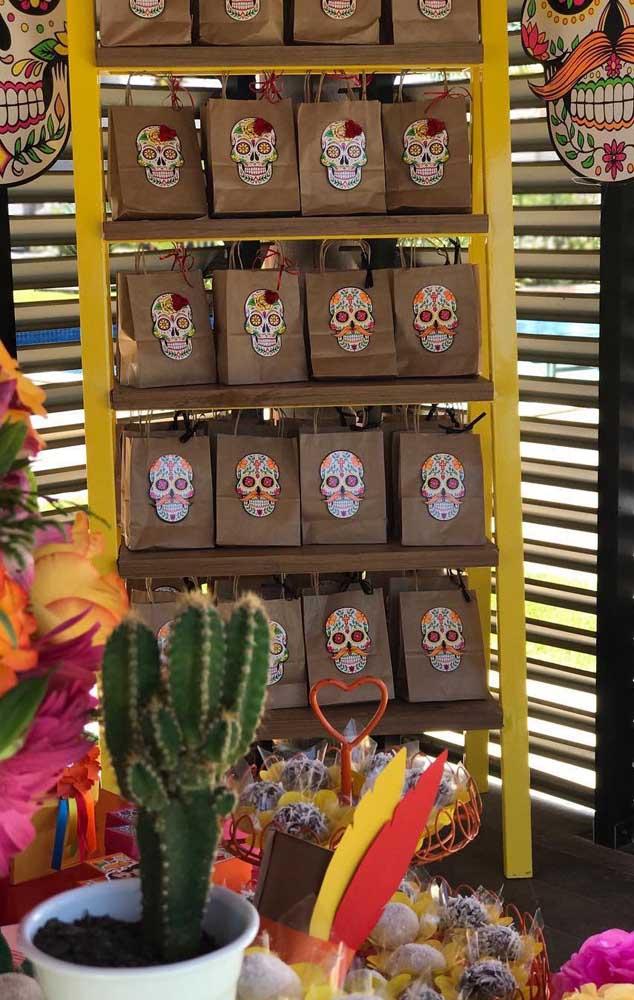 """Para as lembrancinhas do aniversário """"Festa no Céu"""", a sugestão são sacolinhas de papel recheadas com doces"""
