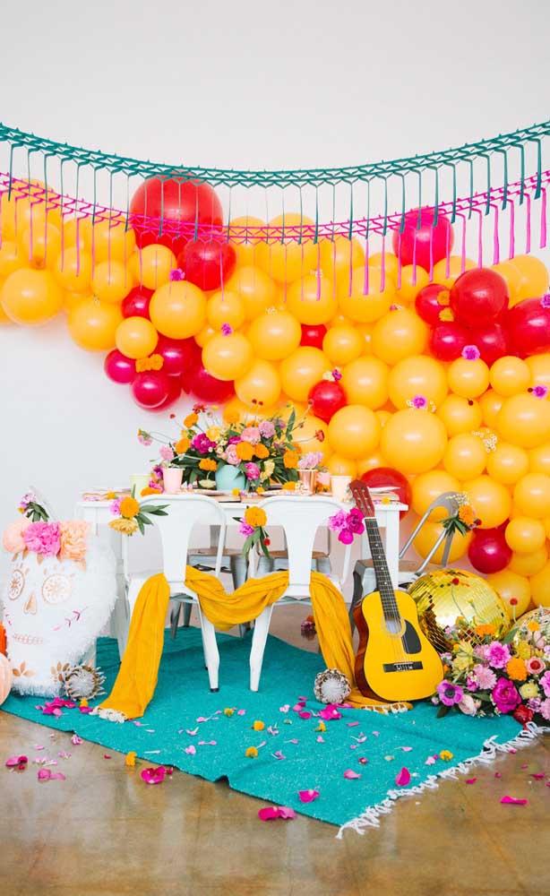 """Não deixe os balões de fora do tema """"Festa no Céu""""; além de serem uma decoração barata, eles provocam um efeito lindo no ambiente"""