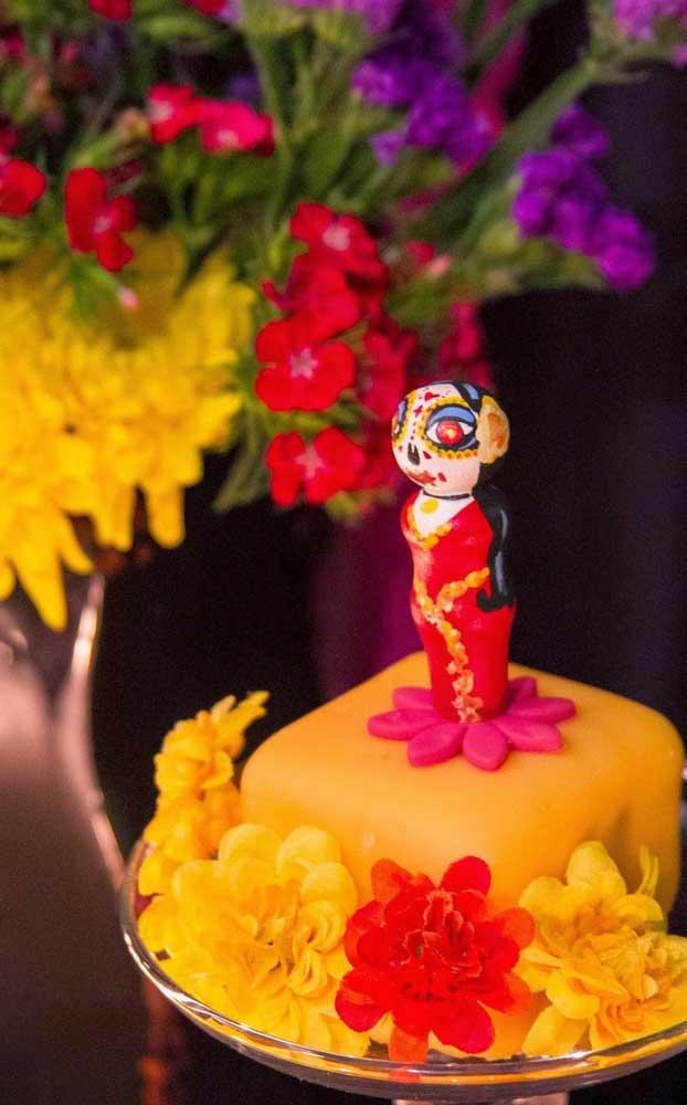 """Flores de pasta americana decoram esse pequeno bolo com o tema """"Festa no Céu"""""""