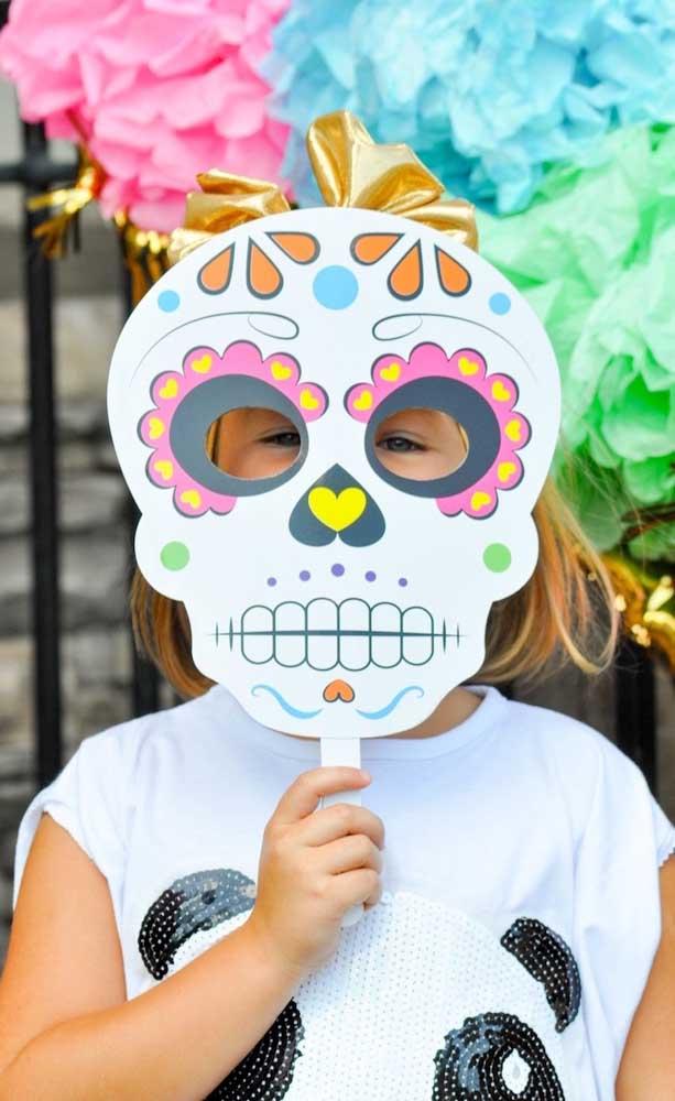 """Faça e distribua máscaras de caveiras durante a festa com tema """"Festa no Céu"""""""