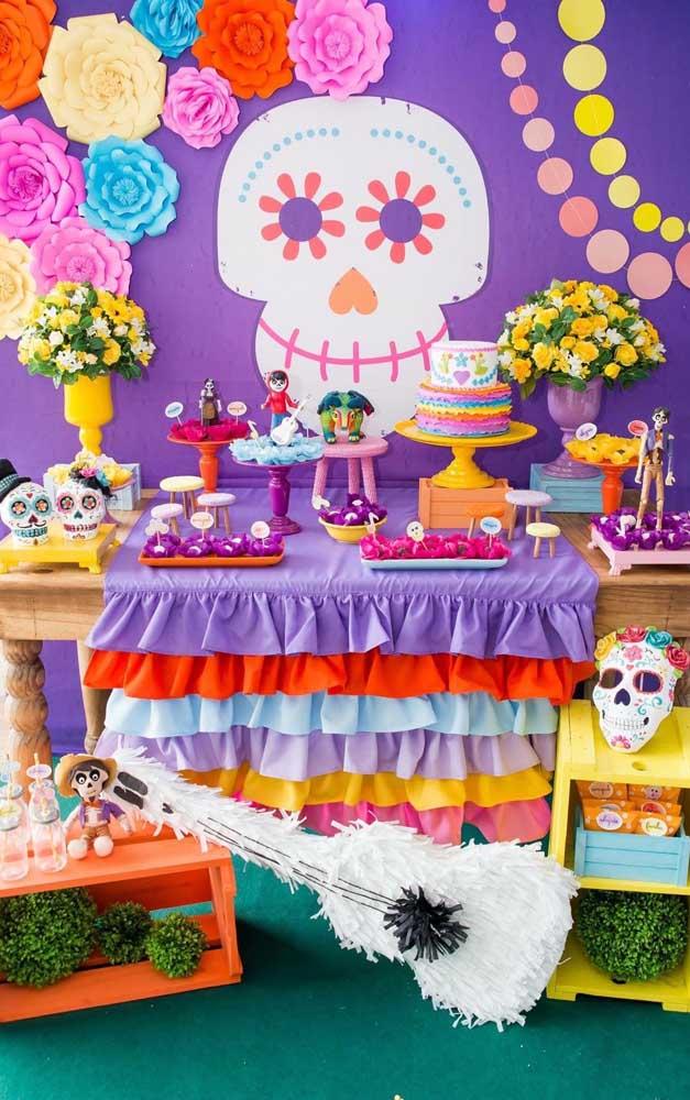 """O roxo predomina nessa decoração de aniversário com tema """"Festa no Céu"""""""