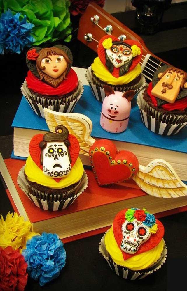 Que fofos esses cupcakes com as carinhas dos personagens feitas em pasta americana