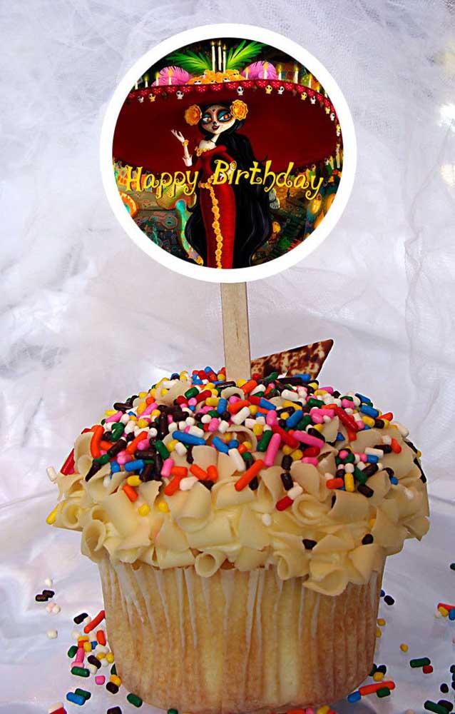 """Um cupcake simples decorado nas cores e com os personagens do filme """"Festa no Céu"""""""