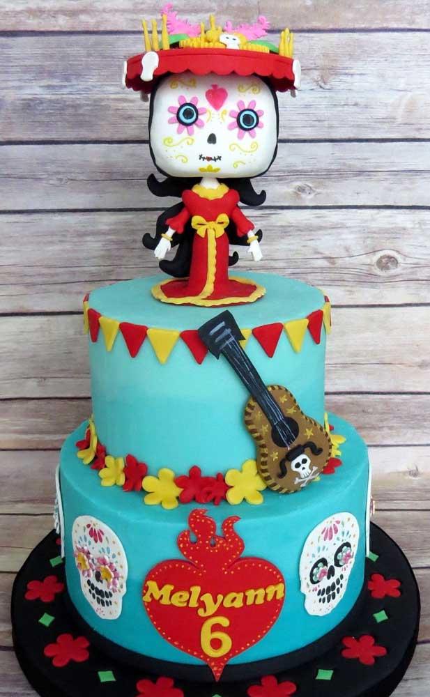 """Que delicado esse bolo """"Festa no Céu"""" decorado nas cores azul e vermelho"""