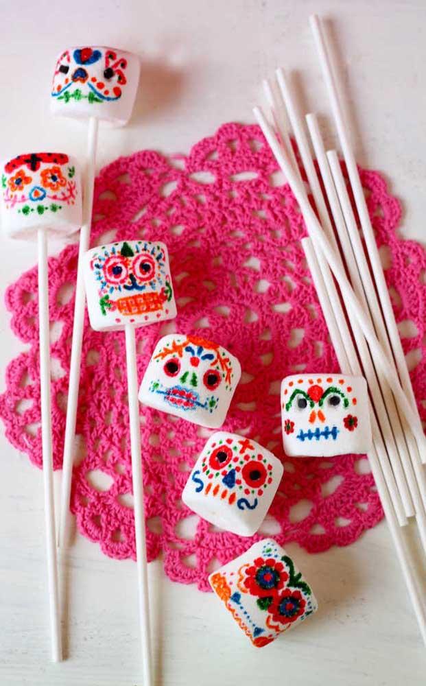 E que tal colorir os marshmallows com o tema da festa?