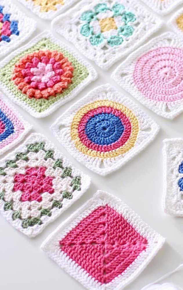 Squares de crochê em cores e desenhos variados para serem usados como guardanapos