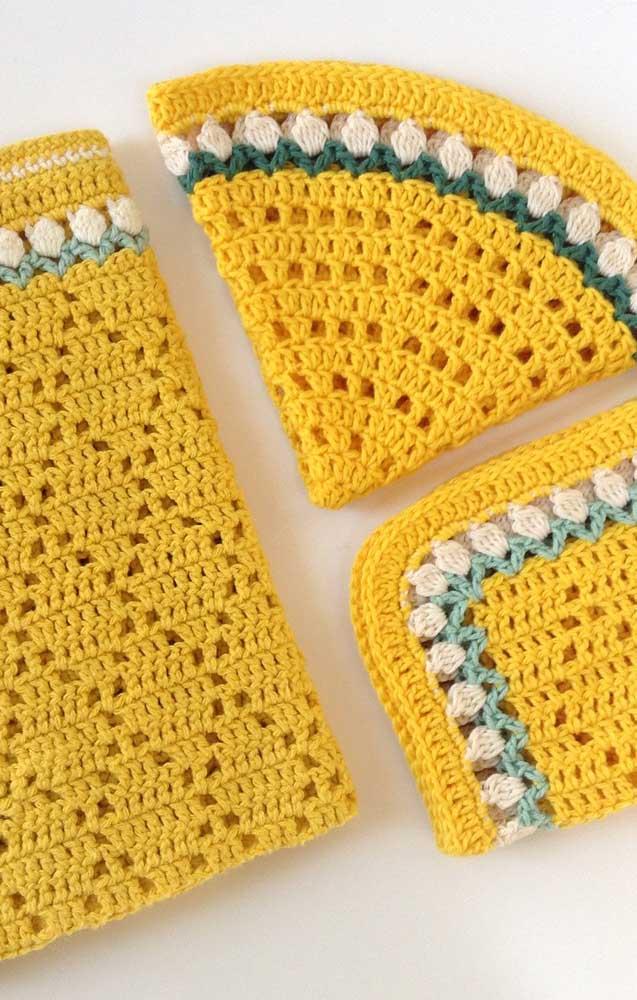 Kit de guardanapo com sousplat na cor amarelo ouro e com detalhes de flores