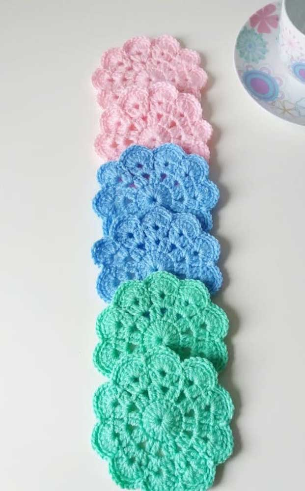 Que charme esses minis guardanapos de crochê em formato de flor, muito delicados!