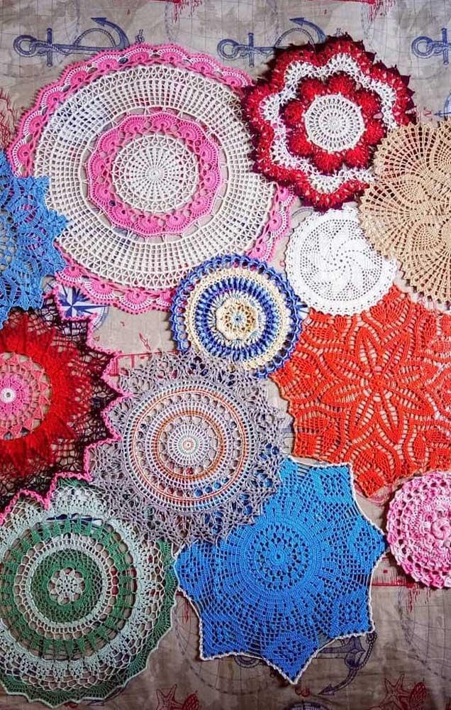Uma imagem e diversos guardanapos de crochê para você se inspirar; repare na diversidade de pontos que podem ser usados nesse tipo de peça
